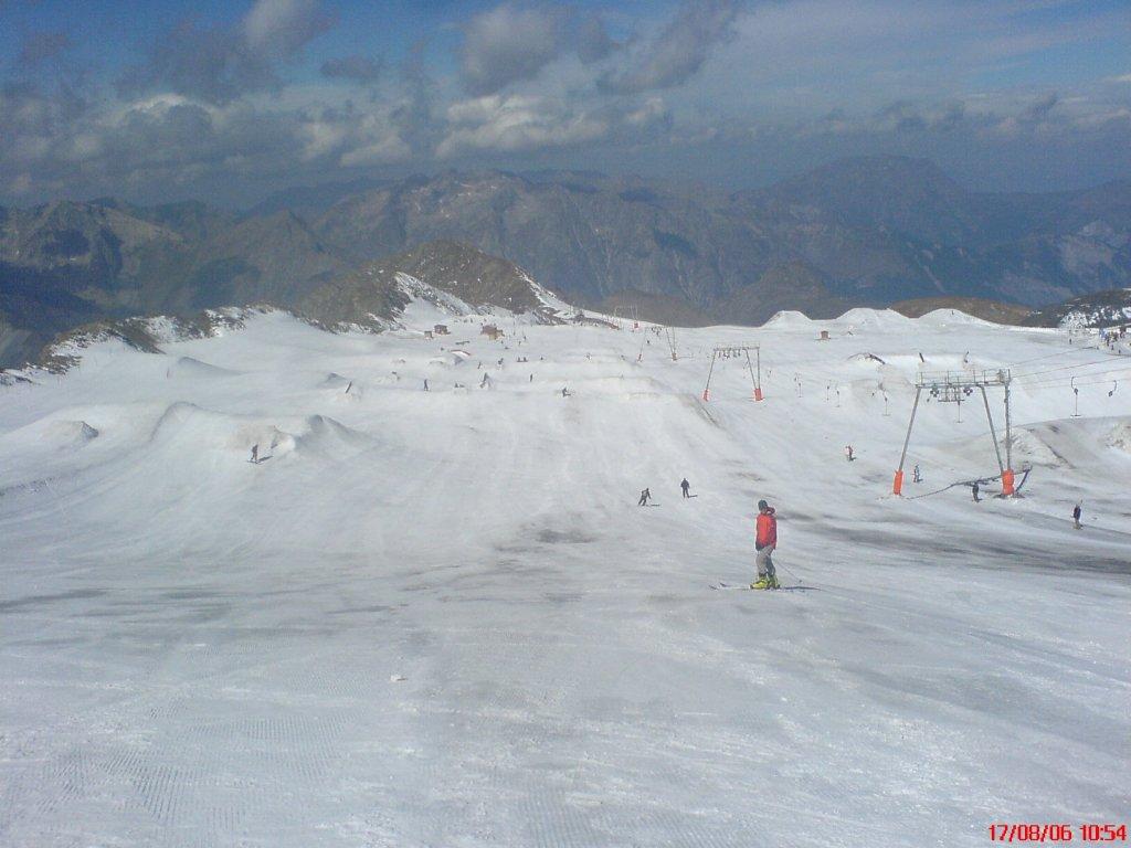LES DEUX ALPES - Allenamento sugli sci per la squadra femminile